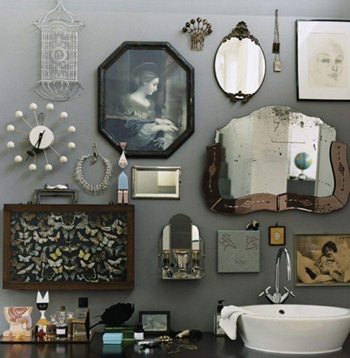 laminas decorativas, composición decorativa para el baño, combinación ecléctiva con retrato, espejo, colección de mariposas