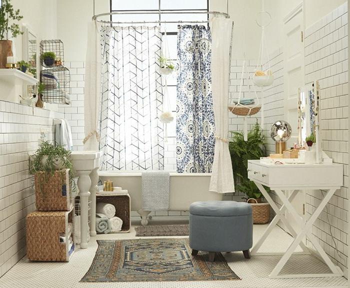 baños pequeños, cuarto de baño en colores claros, combinación ecléctica, silla baja tapizada en capitoné en azul