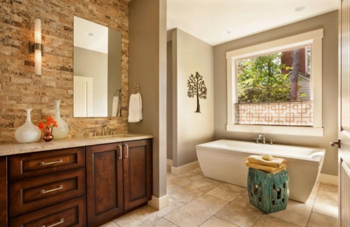 baños pequeños, baño en el gama del beige, bañera moderna y decoración en estilo bohemio, revestimiento de los paredes moderno