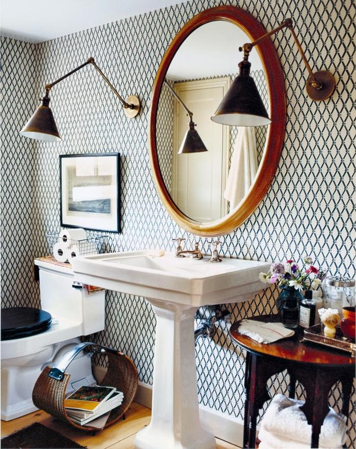 baños pequeños, bonita decoración de baño en estilo ecléctico, papel pintado en los paredes en motivos geométricos, detalles vintage