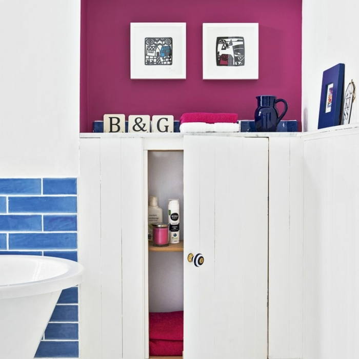 baños pequeños, baño moderno, decoración contemporánea, paredes en blanco y color fucsia