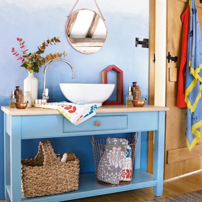 decoracion de baños, baño pintado en el gama de azul, muebles de madera, decoración de plantas, espejo vintage