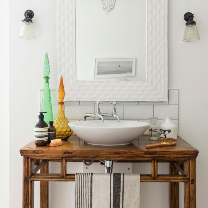 decoracion de baños, baño ecléctico con espejo moderno y mueble auxiliar vintage, objetos de decoración estilo bohemio