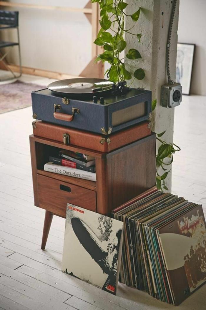 decoracion vintage, gramófono vintage, armario pequeño de madera, decoracion de plantas, suelo de parquet
