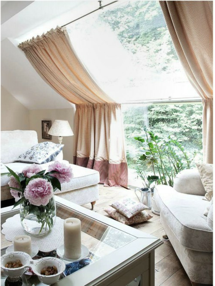 sillas vintage, salón luminoso en colores claros, sofá en color champán, cortinas en crema, ventanales grandes, decoración de peonías