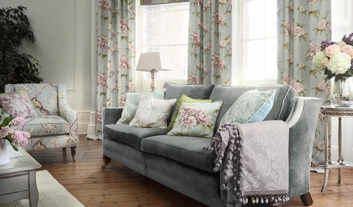 sillas vintage, salón en tonos pastel y motivos florales, cortinas con estampado de peonías en fondo azul suave
