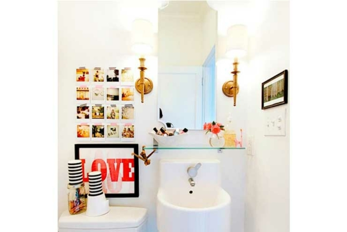 decoracion de baños, decoración atrevida en un cuarto de baño en blanco con detalles modernos y espejo vintage