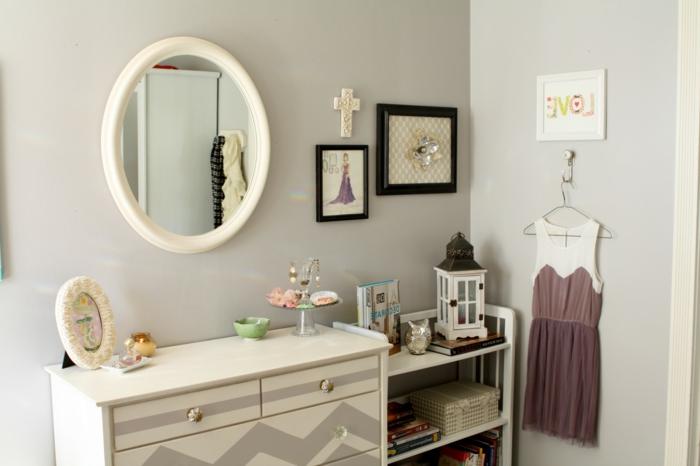 decoracion de baños, baño en blanco con decoración original, cuadros decorativos, espejo vintage