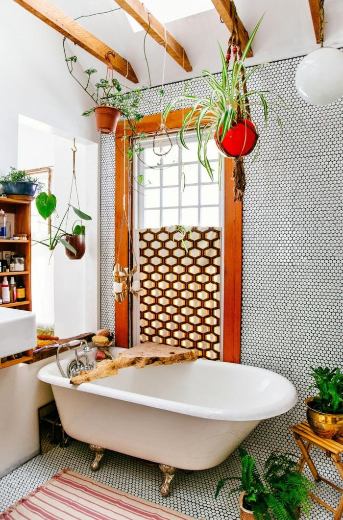 decoracion de baños, cuarto de baño en estilo bohemio, techo con vigas de madera, macetas con plantas colgantes