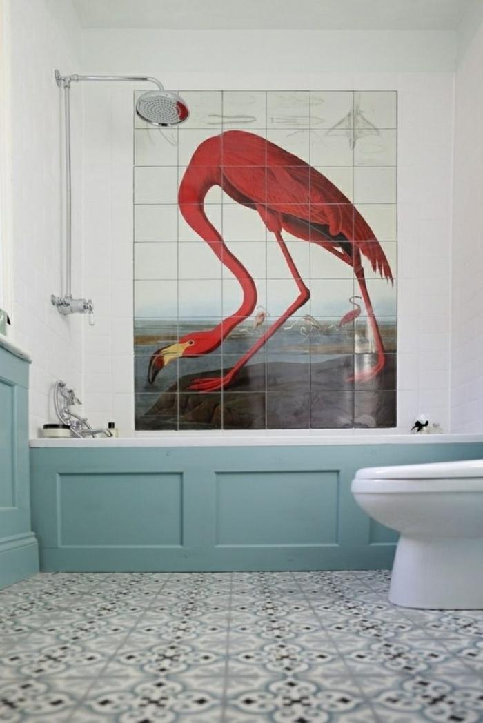 decoracion de baños, decoración original con flamingo en un cuarto de baño ecléctico, bañera pintada en azulceleste