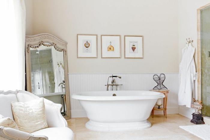 cuartos de baño modernos, precioso baño en colores claros con grande espejo vintage con ornamentos, decoración moderna, sofá vintage en blanco