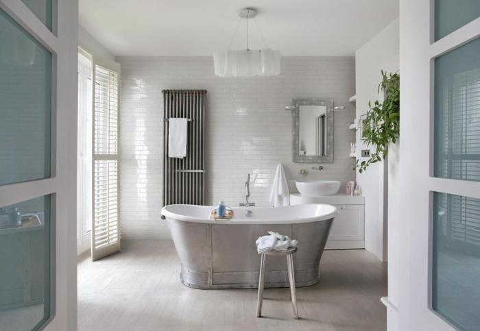 cuartos de baño modernos, baño espacioso en blanco y azul , bañera con revestimiento de metal, paredes de ladrillos
