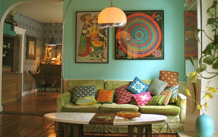 decoracion salon, propuesta clásica en estilo bohemio, sofá verde con cojines en diferentes colores, decoración en las paredes, mesa oval