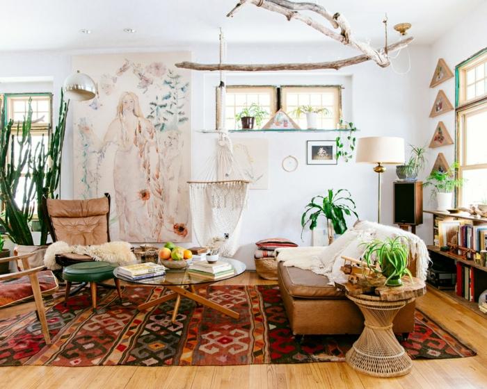 decoracion salon, salón blanco con suelo de madera y decoración en colores cálidos, grandes plantas decorativas