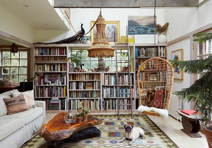 decoracion salon, salón acogedor en estilo bohemio mesa atractiva de trozos de madera, lámpara de araña de mimbre