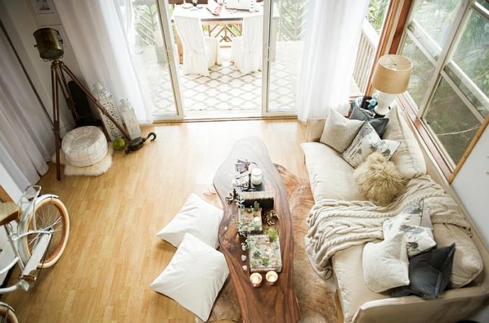 decoracion salon, salón en beige con mesa original hecha de madera, sofá beige, suelo de parquet