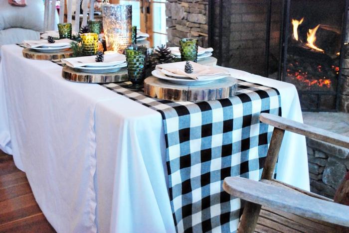 decoracion mesa navidad, mesa con cubierta en cuadrados en blanco y negro, tableros de madera DIY, decoración de piñas