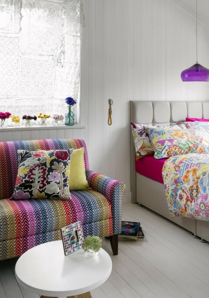 decoracion salon, salón colorido en la estética del bojo chic, paredes con vigas de madera blancas, cortinas de encaje