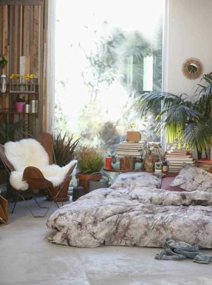 decoracion salon, salón bohemio con decoración de muchas plantas, ambiente relajado, objetos vintage