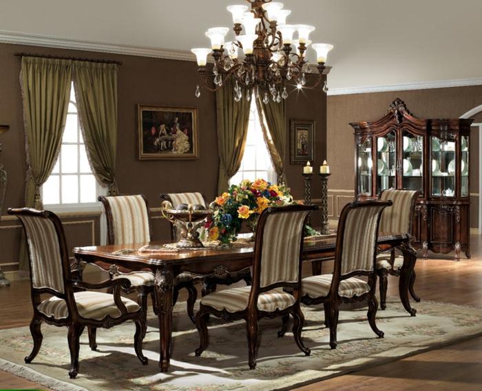 decoracion vintage, salon elegante con comedor, decoración de flores, candelabro clásico, cortinas en ocre verde, armario de madera viejo