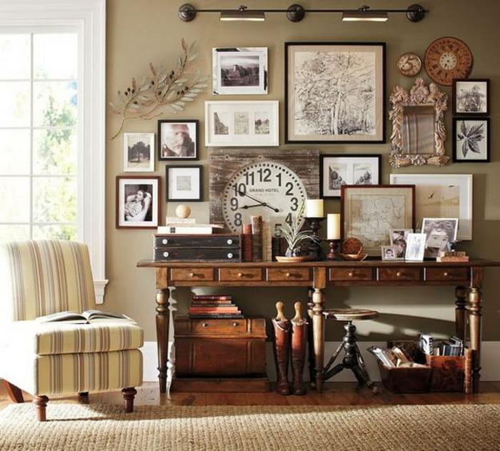 decoración vintage, salón con mucha decoración, pared llena de cuadros y fotos, reloj viejo, colchón con estampado de rayas