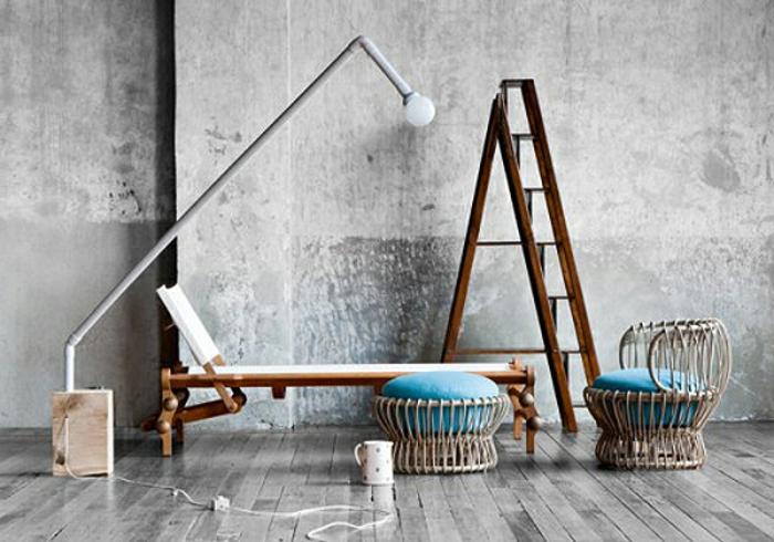 salones vintage, salon con decoración en estilo minimalista, paredes y suelo en gris claro, sillas de mimbre con cojines en aguamarina