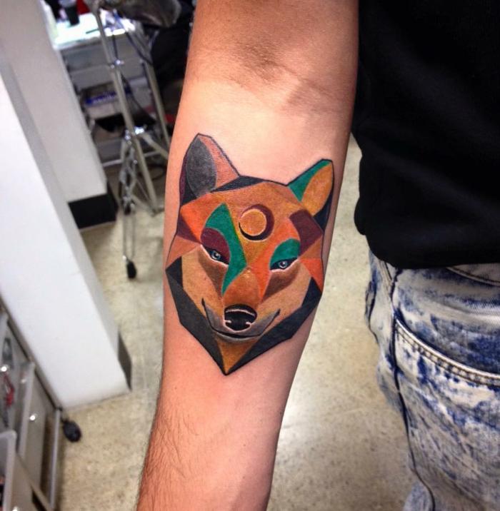 diseños de tatuajes, tatuaje antebrazo para hombres y mujeres, tatuaje geométrico de colores, cabeza de lobo con luna en la frente