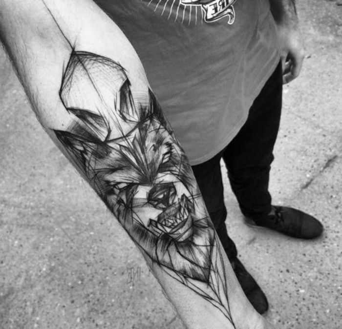 diseños de tatuajes, foto en blanco y negro, tatuaje antebrazo hombre, cabeza de lobo furioso con los dientes descubiertos