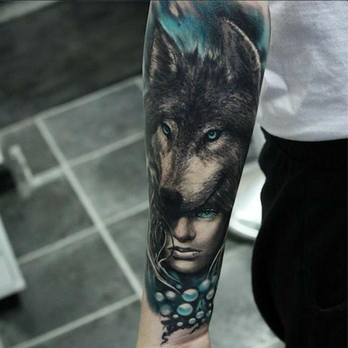 diseños de tatuajes, tatuaje de color en el antebrazo hombre, estilo surrealista, mujer con cabeza de lobo, azul y negro