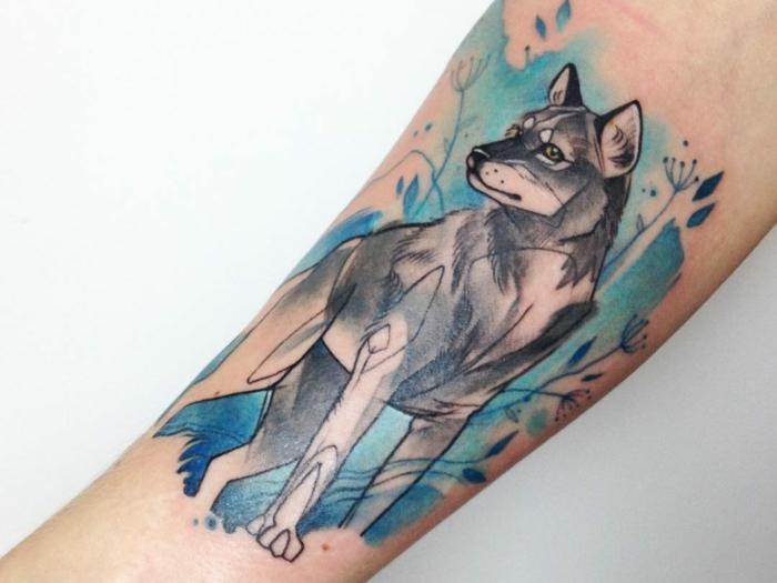 diseños de tatuajes, tatuaje de antebrazo en estilo acuarela, negro y azul, figura de lobo solitario