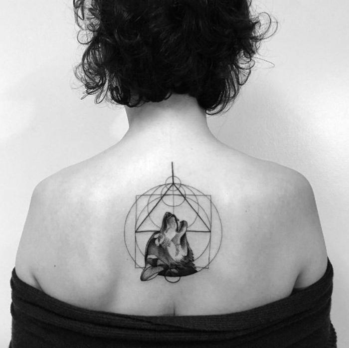 diseños de tatuajes, foto en blanco y negro, mujer con pelo corto, cabeza de lobo aullando en círculos y triángulo