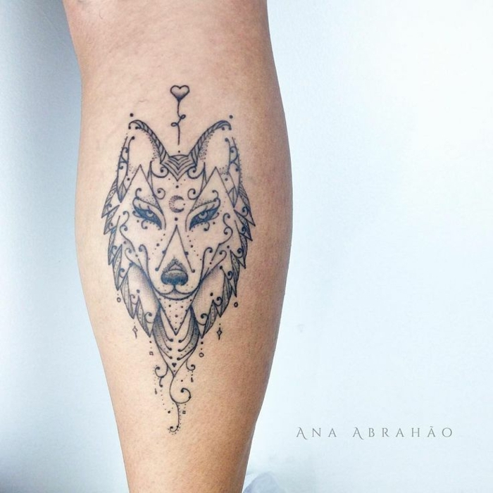 diseños de tatuajes, tatuaje femenino en la pantorilla, cabeza de lobo con párpados largos, adornos orientales, corazón