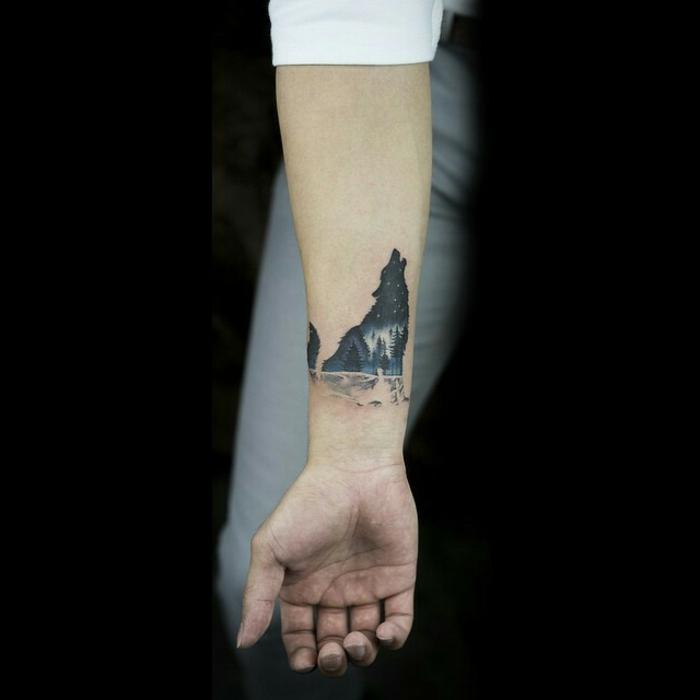 diseños de tatuajes, tatuaje pequeño en el antebrazo, lobo aullando con el cielo lleno de estrellas, bosque de coníferas