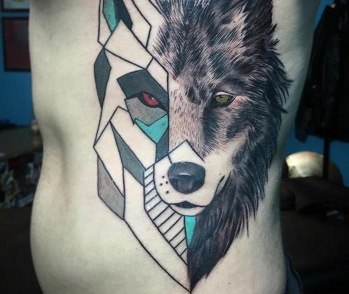 diseños de tatuajes, tatuaje grande en el torso para hombres, cabeza de lobo en dos estilos diferentes, estilo realista y geométricos