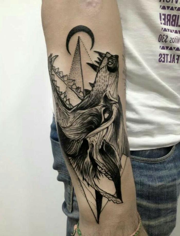 dibujos de lobos, tatuaje en el antebrazo de hombre, cabeza de lobo con la boca abierta, pirámide y media luna, tatuaje surrealista