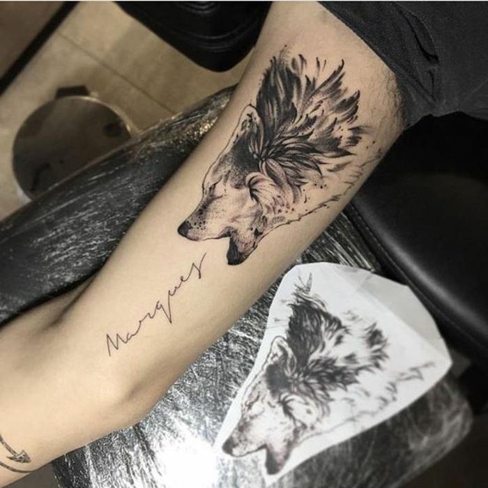 dibujos de lobos, tatuaje en el barzo hombre, lobo aullando y nombre en cursiva, tatuaje en blanco y negro