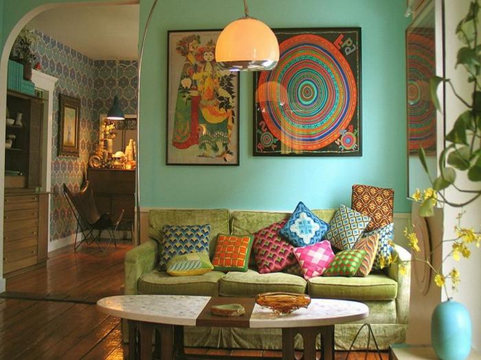 decoración vintage, salón en muchos colores con acento en verd, cuadros de colores, cojines en colores juguetones