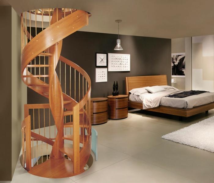 escaleras de caracol, dormitorio con muebles de madera, suelo con baldosas, alfombra blanca, escalera de caracol de madera con barandilla