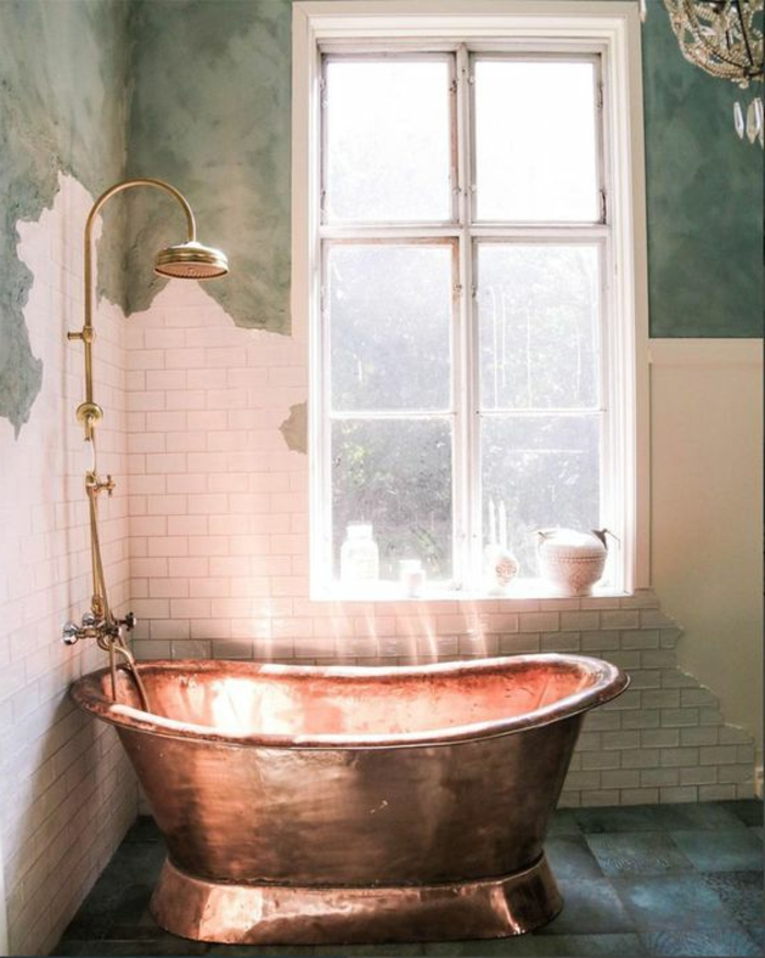 decoración vintage, baño vintage, paredes con efecto envejecido, ducha dorada, bañera en bronce
