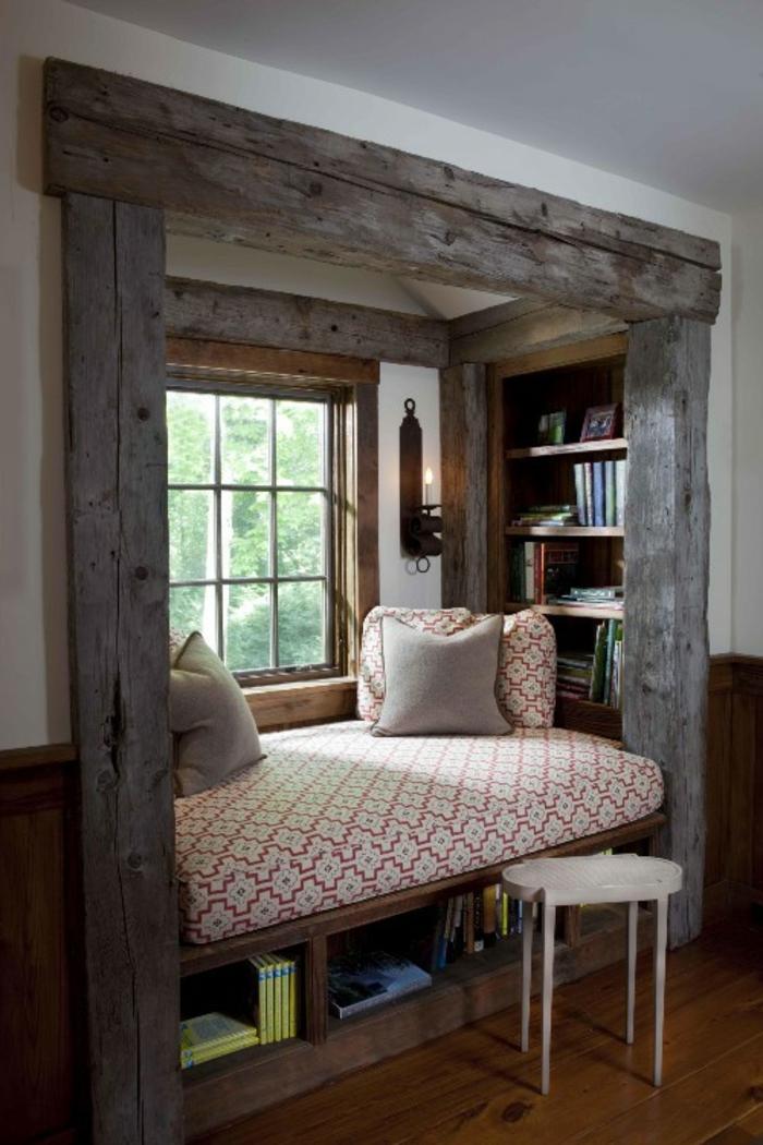 decoración vintage, rincón de lectura agradable con vigas de manera, efecto envejecido, banco de madera con colchón
