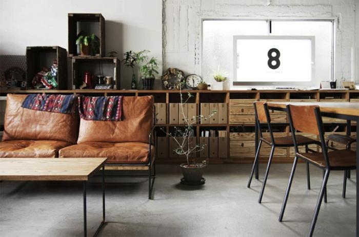 sillas vintage, sillas de madera, sillones tapizados en piel marrón, mesa de madera, armario ancho y bajo de madera