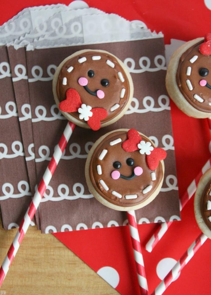receta galletas mantequilla, bonita decoración navideña en rojo, blanco y marrón, galletas con recubrimiento de chocolate