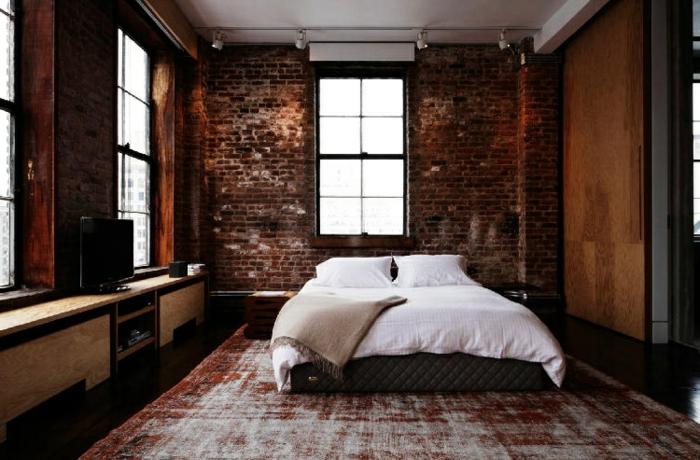 salones vintage, habitacion con paredes de ladrillo, decoración escasa, armario vintage y cama doble