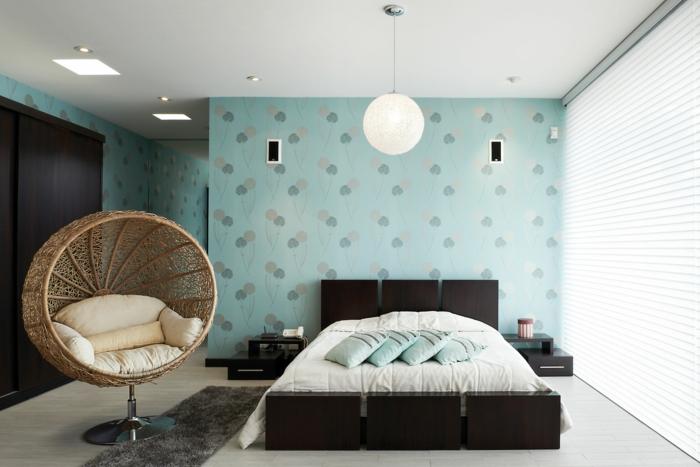 dormitorios matrimonio modernos, dormitorio de estilo, silla de mimbre oval, cama moderna de madera, paredes con papel pintado