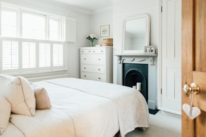 dormitorios matrimonio modernos, habitación moderna con escasa decoración, muebles en blanco, puerta de madera