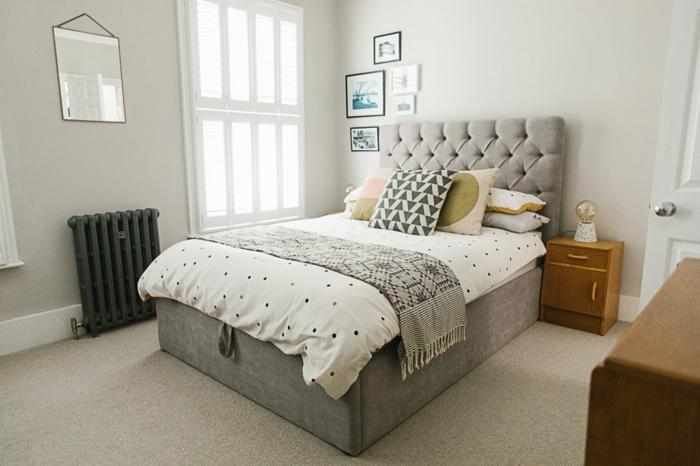 ideas para decorar una habitacion, dormitorio en blanco y gris, cama pequeña tapizada de terciopelo en capitoné