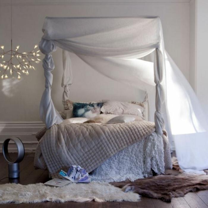 ideas para decorar una habitacion, bonita propuesta en blanco y colores terrosos, cama de madera con marco alto, lámpara de araña original