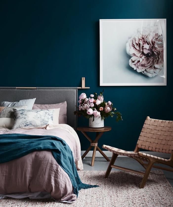 dormitorios modernos, preciosa habitacion en colores, combinación de azul saturado y color rosa pastel, decoración de peonias, alfombra en rosado