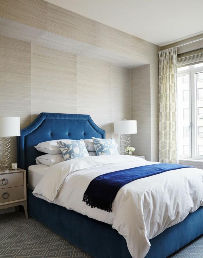como pintar una habitacion, habitación elegante en beige con cama en azul tapizada en terciopelo, cortinas aireadas