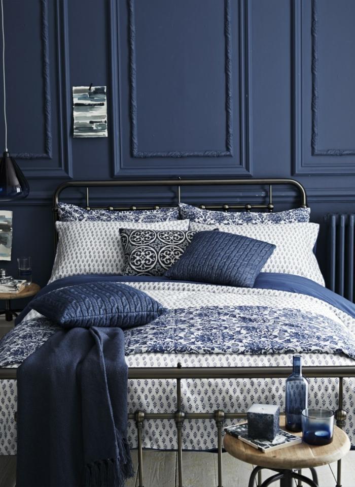 dormitorio matrimonio, idea de habitación moderna en blanco y azul, combinación de colores refinada, lecho de metal, mueble auxiliar de madera